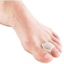 מפריד אצבעות מסיליקון עם טבעת על האצבע שליד הבוהן